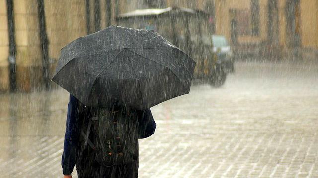 il pleuvait, parapluie